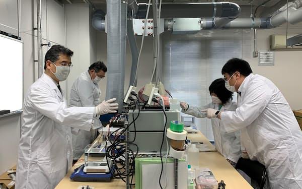 山一ハガネは特殊な表面処理の商用化をめざす(名城大学で研究する様子)