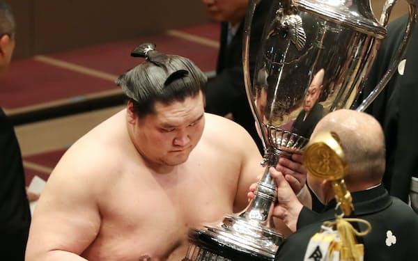 八角理事長から賜杯を受け取る照ノ富士
