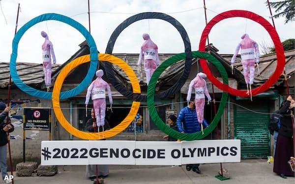 中国の人権状況や北京五輪開催についてインドで抗議する亡命チベット人たち=AP