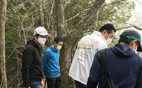 茨城県北ロングトレイルの開通式には大井川知事(左端)やナムチェバザールの和田社長(左から2人目)が参加(28日、大子町)