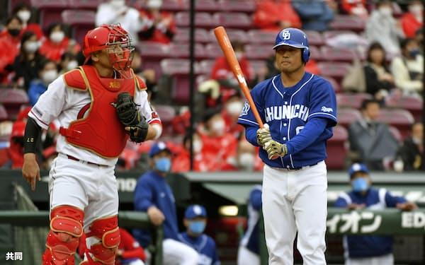 広島の黄金時代を支えてきた会沢(左)は打線でも重要な役割を担う=共同