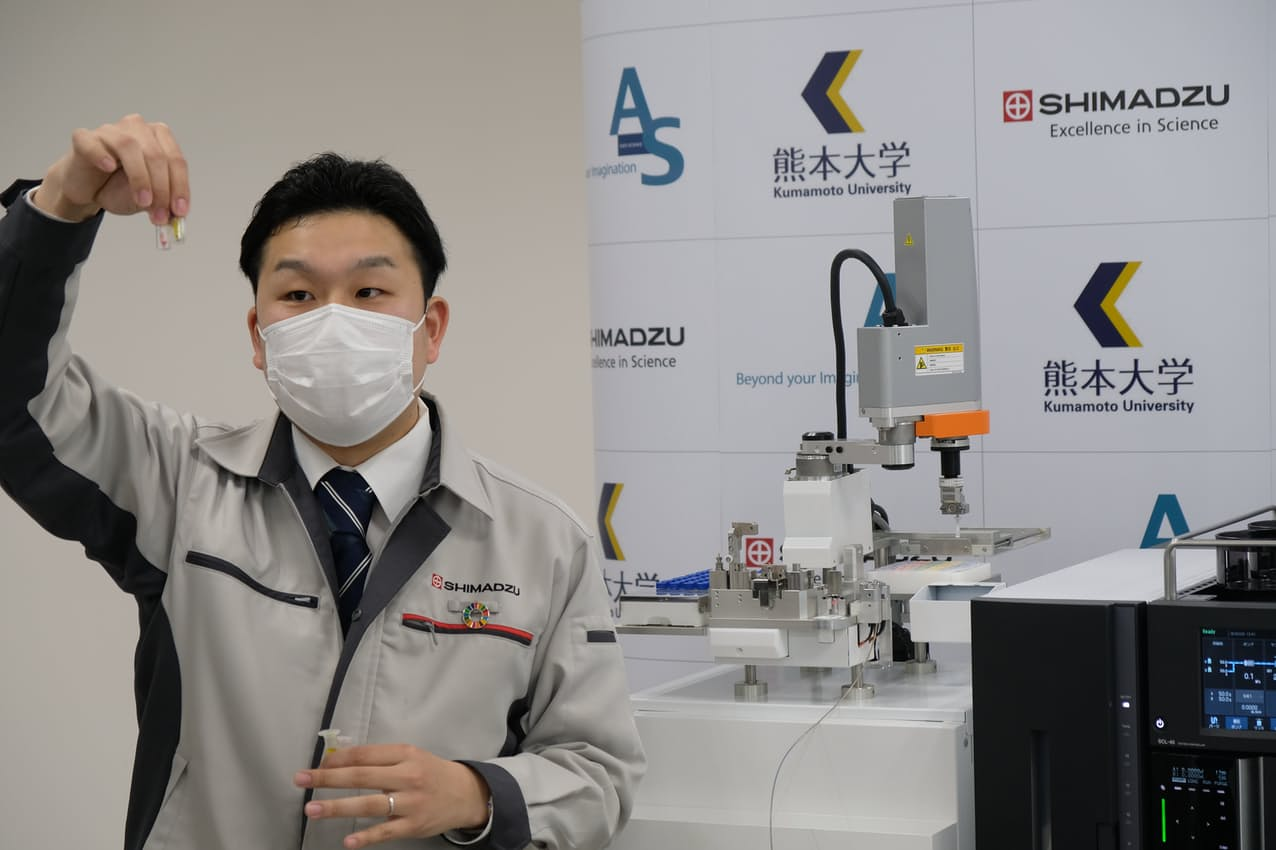 島津製作所は熊本大学の研究成果を生かし、新型コロナの重症化を予測するシステムを開発した