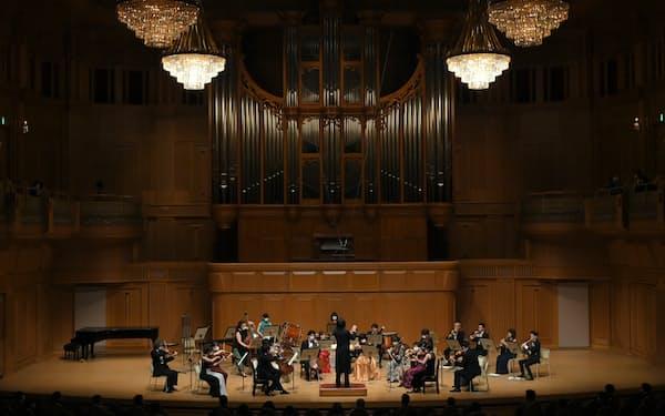 飯森指揮のもとISOがモーツァルトや現代音楽を演奏した(©樋川智昭)