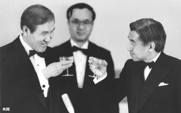 1990年5月、宮中晩さん会で天皇陛下(現上皇さま)と乾杯する韓国の盧泰愚大統領(左・当時)=宮殿・豊明殿(共同)