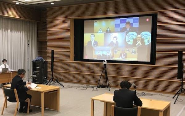 全国知事会の飯泉会長は、リバウンド対策などを巡り厚労副大臣らとオンラインで会談した(29日、東京都千代田区の都道府県会館)