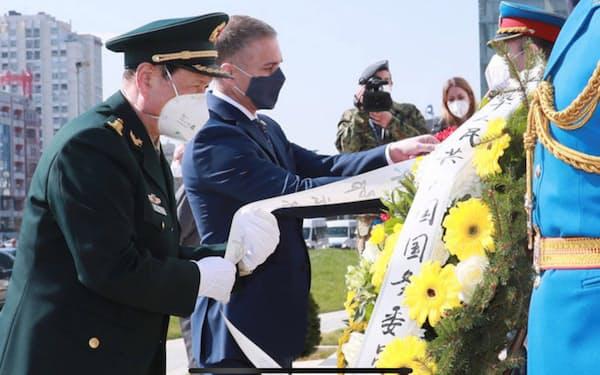 26日、ベオグラードで米軍機による中国大使館「誤爆」の犠牲者を弔う中国の魏鳳和国務委員兼国防相(左、中国国防省ホームページから)