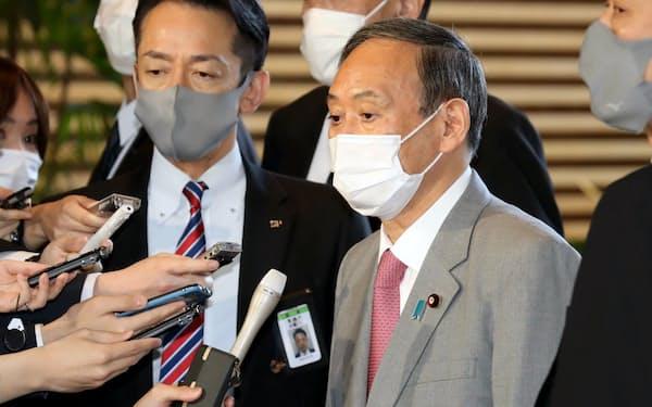安倍前首相と面会後、報道陣の質問に答える菅首相(29日午前、首相官邸)