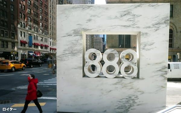 アルケゴスが入居しているとされるマンハッタンのオフィスビルの看板=ロイター