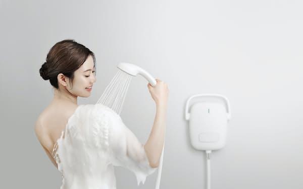 シャワーヘッドからきめ細かい泡が発生し、全身を包む