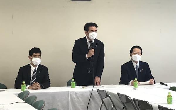 会議の冒頭に挨拶する佐藤正久外交部会長
