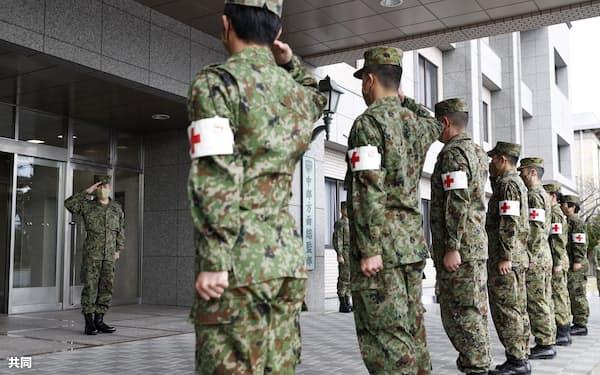 医療支援に派遣される出発式で激励を受ける陸上自衛隊の隊員(2020年12月、兵庫県伊丹市の伊丹駐屯地)=共同