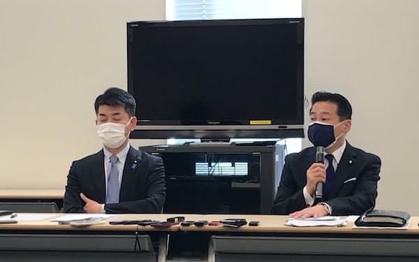 30日に国会内で記者会見する福山哲郎幹事長(右)