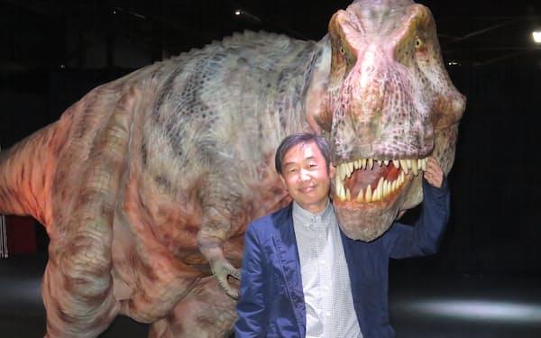 金丸社長は動きや質感のリアルさにこだわった恐竜型メカニカルスーツを開発した