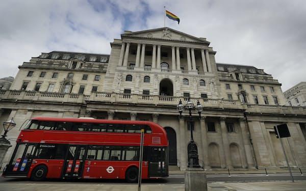 25日、新たな50ポンド紙幣発行を祝う旗が掲げられたイングランド銀行=AP