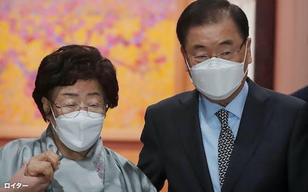 鄭義溶外相㊨は従軍慰安婦問題でも日本側の「心からの謝罪」を要求した=ロイター