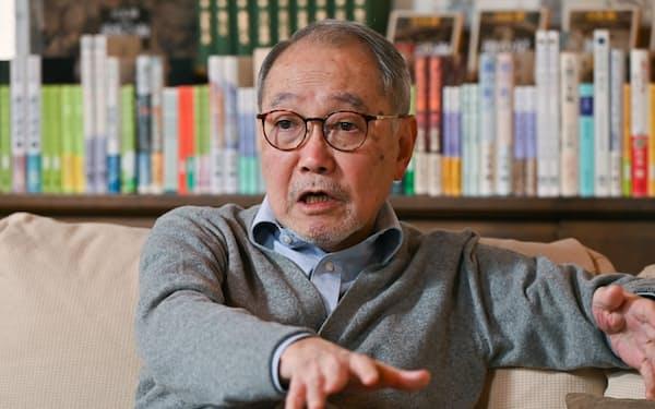 みやもと・てる 1947年神戸市生まれ。広告代理店勤務などを経て77年に「泥の河」で太宰治賞、翌年「螢川」で芥川賞。叙情あふれる文体で市井の人々の生を描く小説を多数執筆し、現在は初の歴史小説「潮音」に取り組む