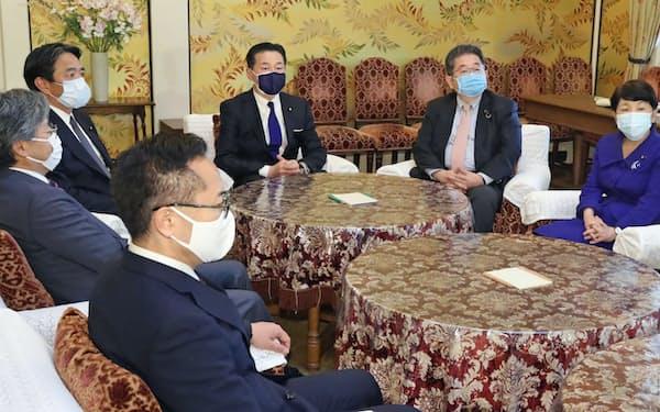 国会内で会談に臨む野党の幹事長・書記局長ら(31日)