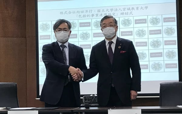 包括連携協定を結んだ内田洋行の大久保社長㊨と宮城教育大学の村松隆学長(31日、仙台市)
