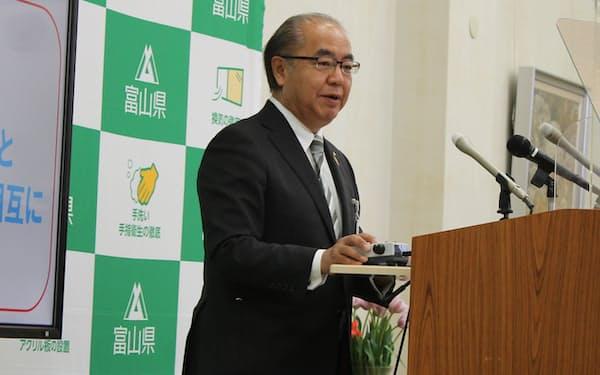 記者会見する富山県の新田知事(31日、富山県庁)