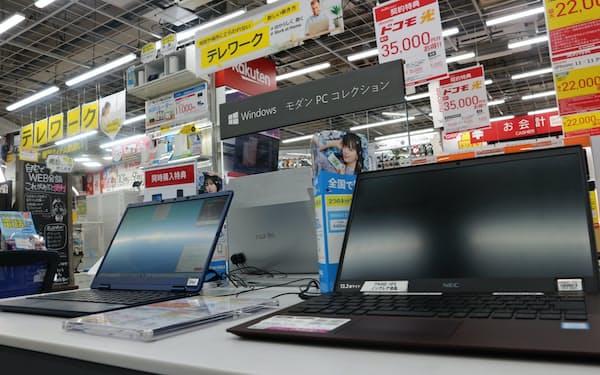 2020年は在宅勤務のためのパソコン販売が伸びた(東京都豊島区のビックカメラ池袋本店パソコン館)
