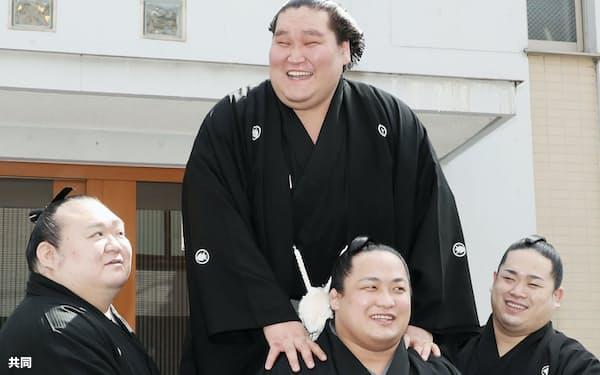 大関への復帰が正式に決まり、伊勢ケ浜部屋の力士に祝福され笑顔の照ノ富士(上)=代表撮影