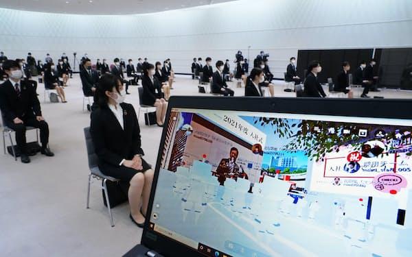 一部の新入社員が会場で出席し、遠隔地からはアバターとしてオンラインで参加した三井住友海上の入社式(1日午前、東京都千代田区)