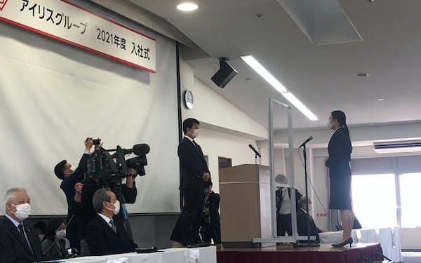 アイリスオーヤマの入社式で新入社員の代表答辞を受ける大山晃弘社長(1日、宮城県角田市)