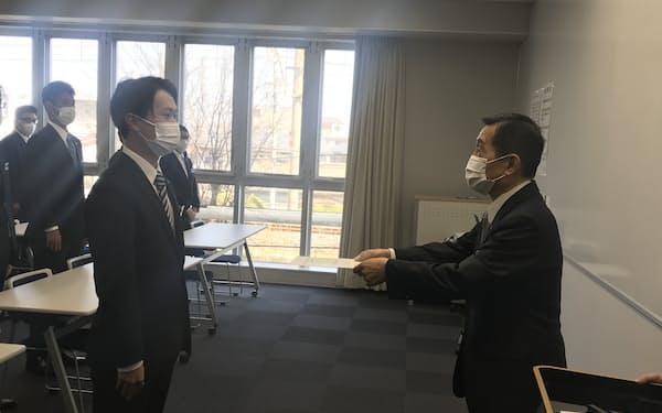 入社式で辞令書を新入社員に手渡す西牧社長(高松市)