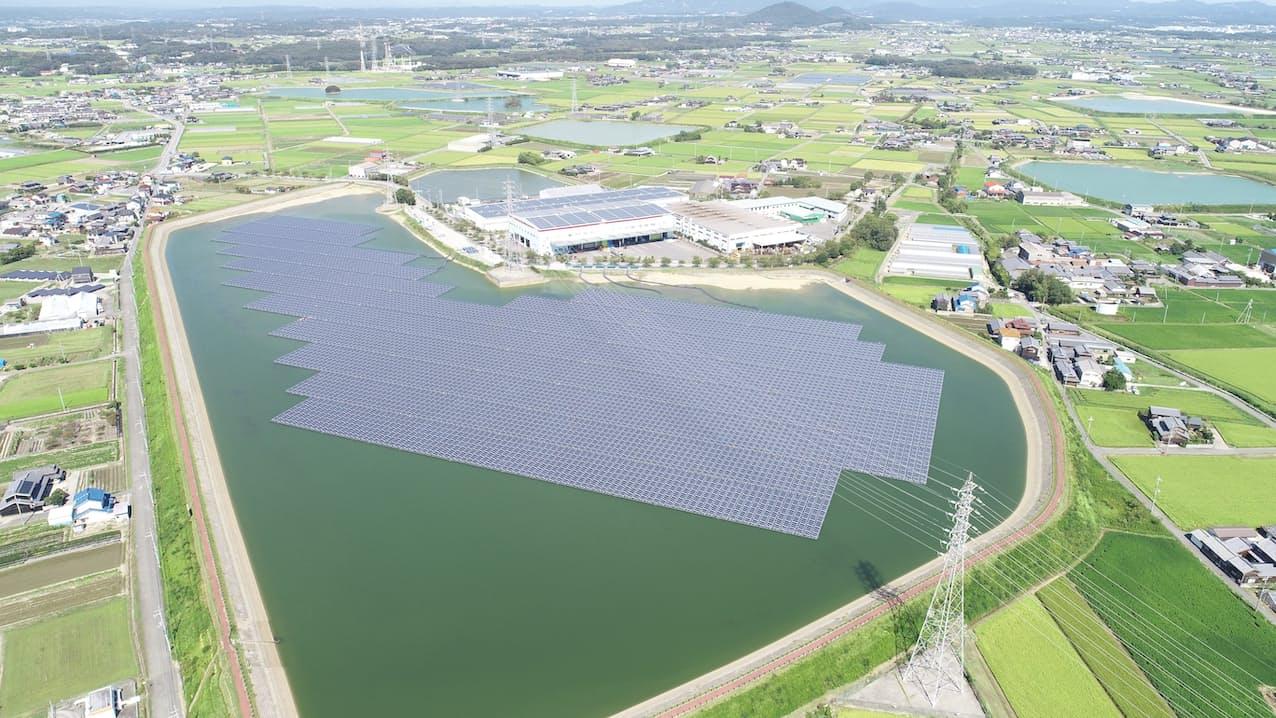 アスエネは契約する再生エネルギー発電所から電力を仕入れ、顧客企業に販売する