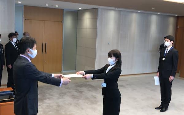 茨城県は新採用の職員2人に絞って辞令交付式を開いた(左は大井川知事、1日)