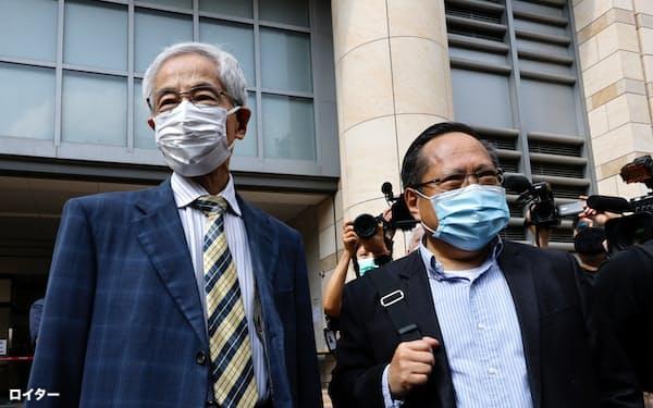 1日、裁判に臨む香港民主派の李柱銘氏㊧と何俊仁氏=ロイター