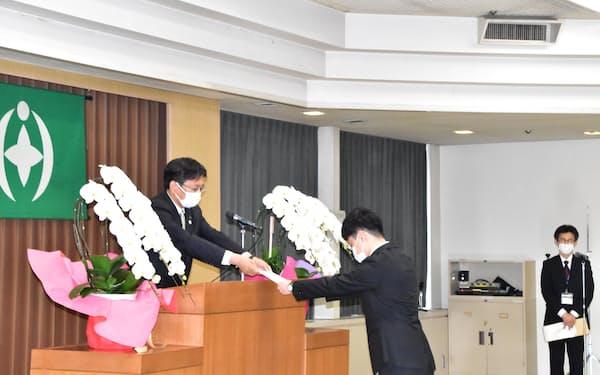 新職員に辞令を交付する神谷市長(千葉市役所)