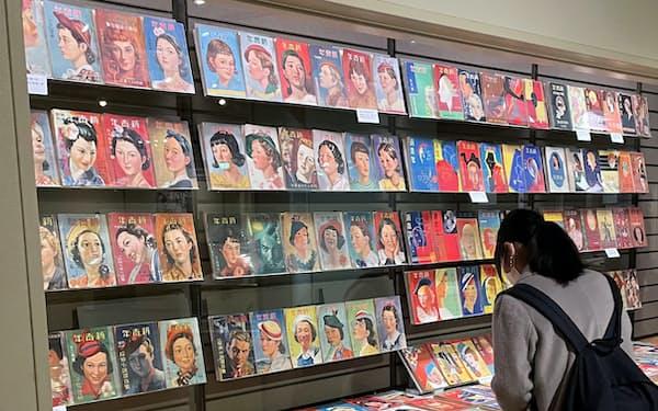 創刊号から終刊号まで全400冊を展示している