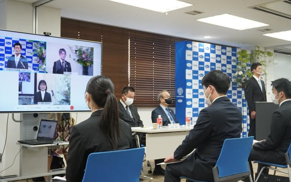 両備ホールディングスは会場を4つに分けて入社式を開いた(岡山市北区の本社)
