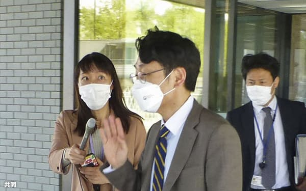 外務省を出る韓国外務省の李相烈アジア太平洋局長(手前)=1日午後