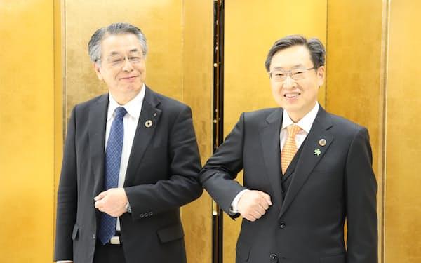 長野県経営者協会の次期会長に就任する碓井稔氏㊨(1日、長野市)