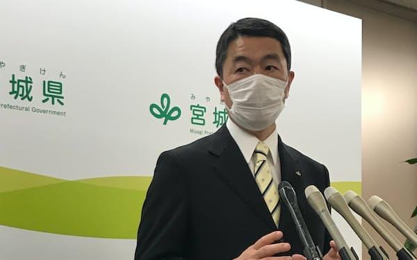 記者団の質問に答える村井知事(1日、宮城県庁)