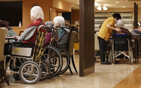 介護付き老人ホームの食堂で午後を過ごす入居者ら(東京都練馬区のSOMPOケア ラヴィーレ鷺ノ宮)