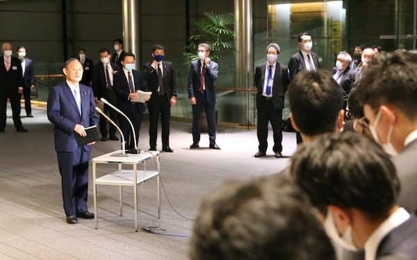 「まん延防止等重点措置」の3府県への適用を表明後、報道陣の質問に答える菅首相(1日午後、首相官邸)