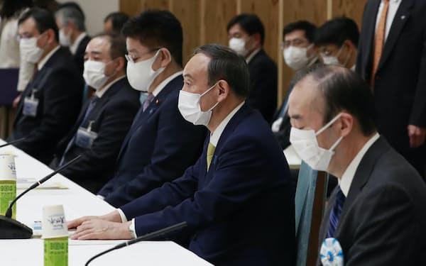 安定的な皇位継承策を話し合う有識者会議の初会合であいさつする菅首相(3月、首相官邸)