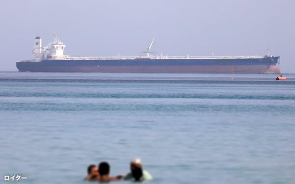 不意なトラブルで原油価格は急騰する(スエズ運河に向かうタンカー、20年)=ロイター