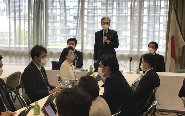 自民党「氏制度のあり方に関するワーキングチーム」の初会合であいさつする石原伸晃座長(2日、党本部)