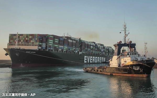 3月29日にエジプトのスエズ運河でタグボートにけん引されるコンテナ船「エバーギブン」=スエズ運河庁提供・AP