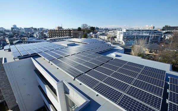 集合住宅の屋根に太陽光パネルを載せて、各戸に自然エネルギーを供給している(さいたま市)