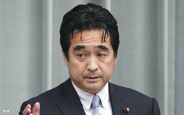 記者会見する坂井学官房副長官(3月25日、首相官邸)=共同