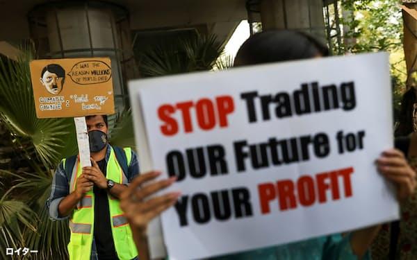 3月にニューデリーで行われた気候変動対策を訴えるデモでメッセージを掲げる参加者=ロイター