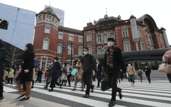緊急事態宣言が解除された翌朝、マスク姿で通勤する人たち(22日午前、東京都千代田区)