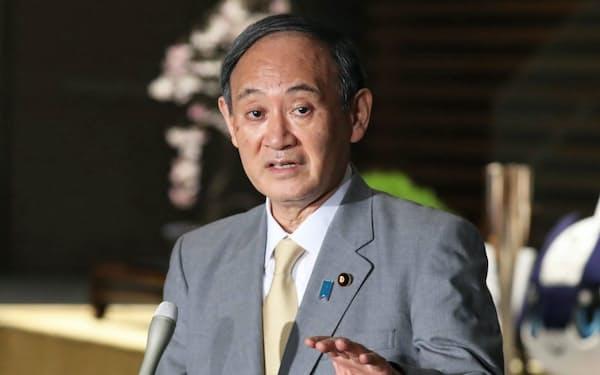 官邸で質問に答える菅首相(3月17日夜、首相官邸)