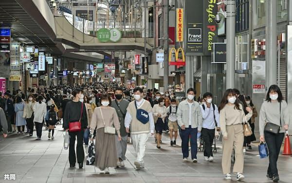 神戸市の三宮センター街を歩くマスク姿の人たち(1日午後)=共同