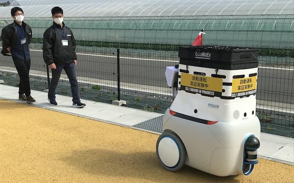 実証実験では人が監視しながら農産物などを載せたロボが公道を走る(筑西市)